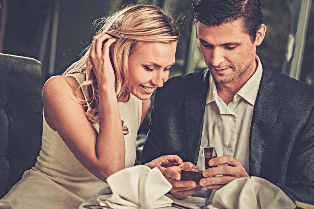 Die Freundin ist freudig überrascht über das Diamantring-Geschenk und seiner Erzählung über die Umstände, als es um sein Diamantring kaufen ging