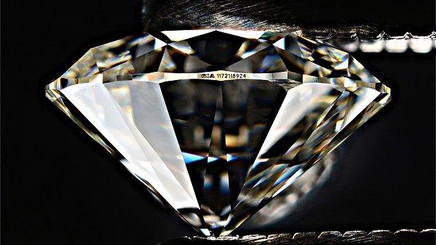 Laser-Beschriftung der Diamant-Zertifikat-Nummer auf einem Diamanten mit Brillant-Schliff