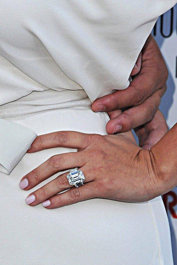 Diamant mit Ring ist zu groß auf proportional kleiner Frauenhand