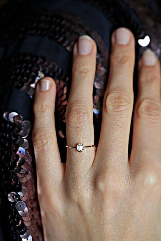 Diamantring zu klein und Ring ist zu dünn auf proportional langer Frauenhand