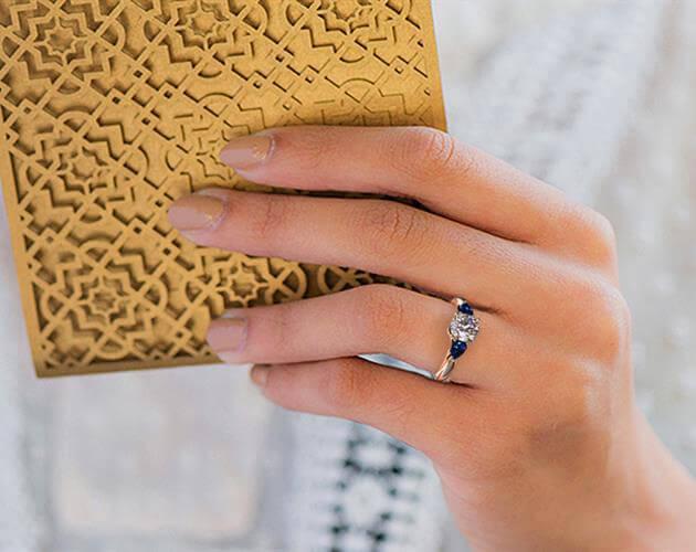 Die Proportionen der Diamant-Größe entsprechen dieser Hand