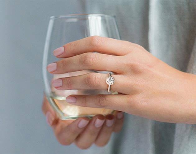 Halo-Ring, obwohl größer wirkend, mit passender Diamant-Größe am Ring-Finger