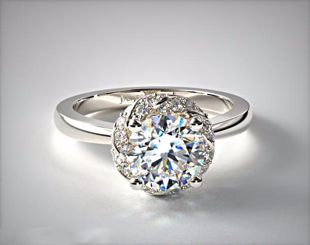 Hauptdiamant auf dem Halo-Ring wirkt größer. Die optische Täuschung ist perfekt