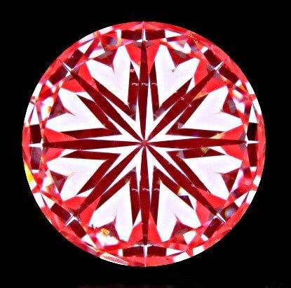 """Schon zu erkennen an den mangelhaft ausgerichteten Pfeilen ist der Diamant mit der Bezeichnung """"Hearts and Arrows"""" ausgewiesen. Für diese Qualitätsbezeichnung ist die Schliff-Bewertung immer noch als mit GIA mit """"Excellent-Cut"""" lange nicht ausreichend."""