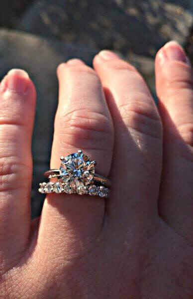 Klassischer Tiffany Verlobungsring im Tiffany-Setting mit einem Bandring und Diamanten