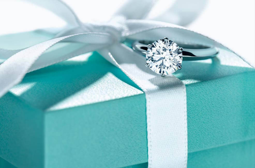 Tiffany Verlobungsring mit Tiffany-Setting auf Blue-Box
