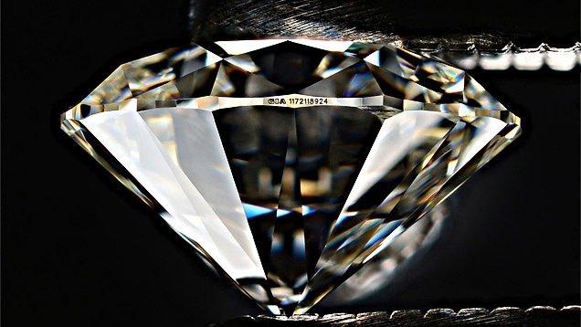 Laser-Beschriftung der Diamant-Zertifikat-Nummer auf einem Diamanten mit Brillant-Schliff (Diamant-Bewertung)