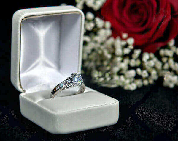 Weissgold Diamantring in Schmuckbox mit roter Rose
