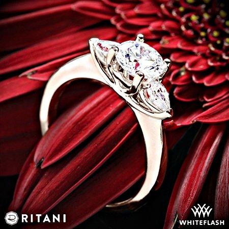 Whiteflash-Ritani-Three-Stone Verlobungsring - Diamant mit Brillantschliff und 2 Seitensteinen als Diamanten mit Tropfenform
