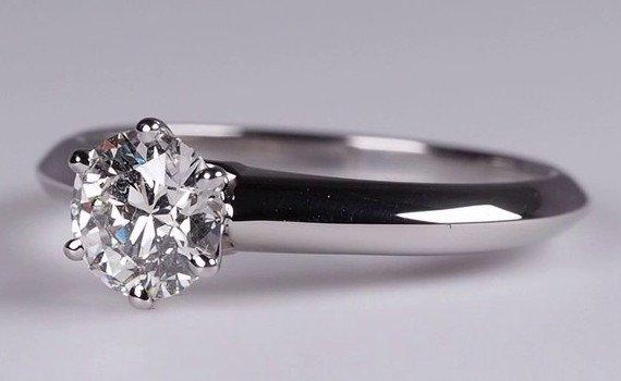 Tiffany Setting mit 0,70 ct Diamant Farbe H