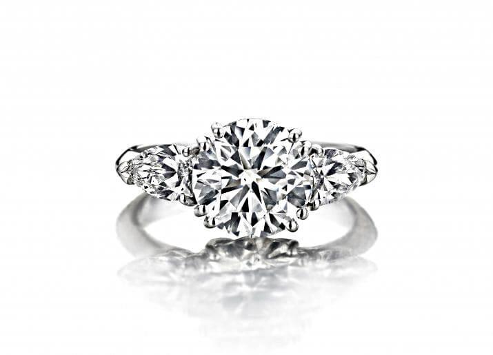 Weissgoldring mit einem Gassan121-Diamanten - einer der modifizierten Brillantschliffe unter den rund geschliffenen Diamanten