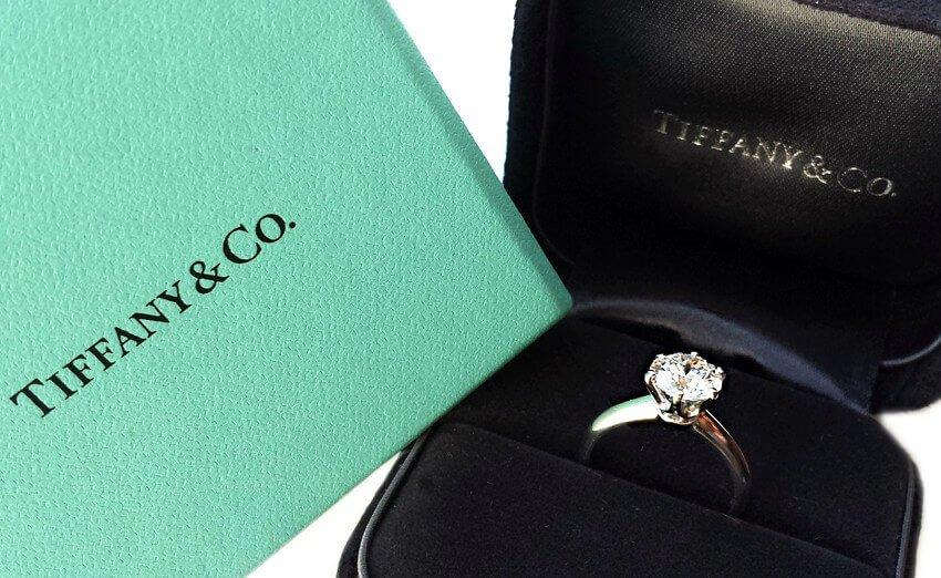 Der Tiffany Setting und sein Gegenwert - klassisches Tiffany-Setting in der türkisen Tiffany Geschenk-Box