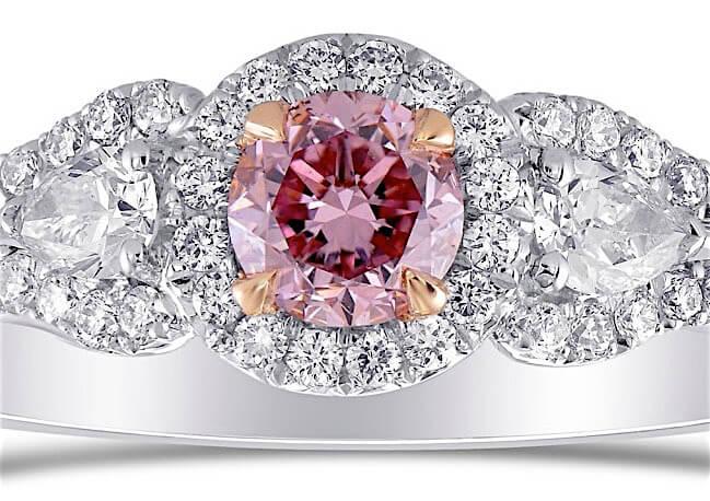 Argyle 0.64ct 3-SteinFancy Intense Purplish Pink - Center-Diamant mit Brillantschliff, 0,31ct mit Zoom