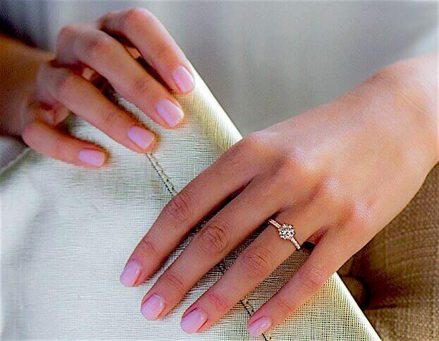 Verlobungsring Pavé-Form aus 18 Karat Gelbgold an einer Frauenhand