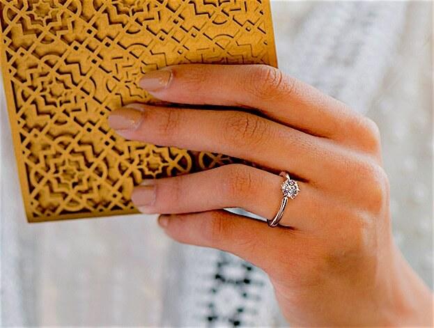 Fantastischen Diamant Verlobungsring selbst gestalten - Solitärring aus 18 Karat Weißgold mit einem 0,70 ct Diamanten am Ringfinger einer Frauenhand